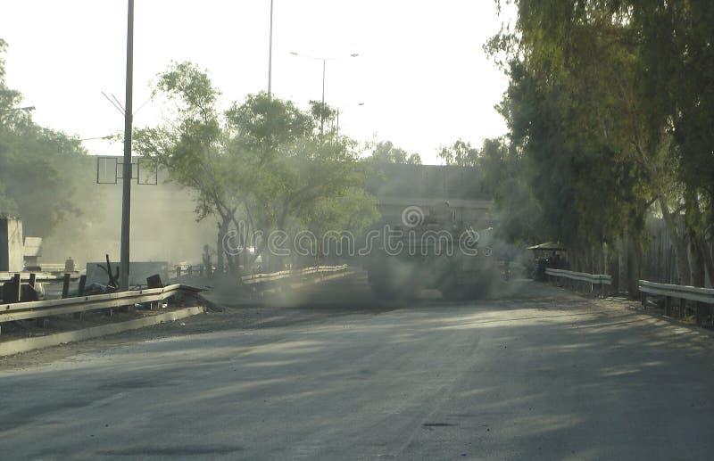 Réservoir militaire de véhicule d'armée sur des voies avec le baril après guerre victorieuse photos stock