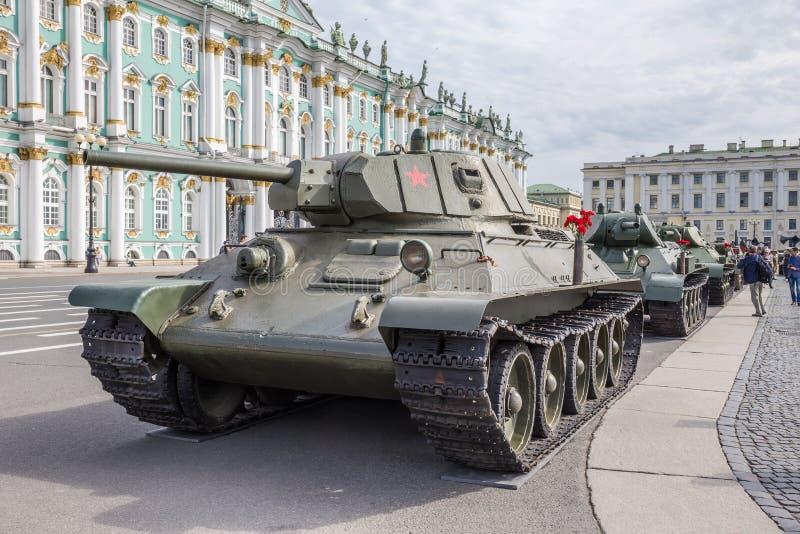 Réservoir moyen soviétique T-34 sur l'action militaire-patriotique, consacrée au jour de la mémoire et à la peine sur la place de photo stock