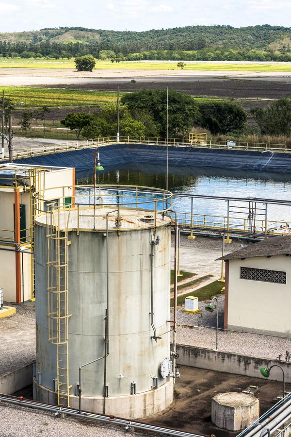 Réservoir pour stocker des produits chimiques chez le Monsanto de l'usine de pesticide du Brésil images stock