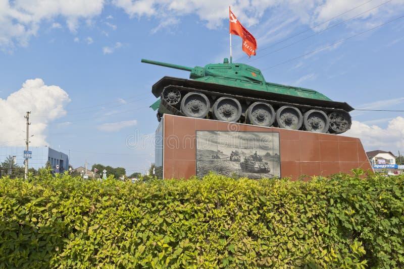 Réservoir T-34 avec un modèle d'arme à feu de 76 millimètres de 1941 sur un piédestal au centre du village de Taman de la région  images libres de droits