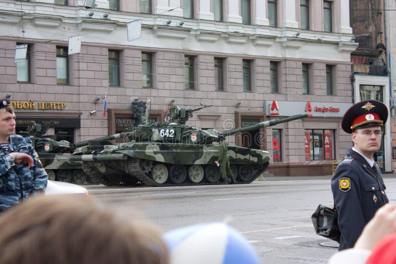 Réservoir T-90 sur le défilé de Victory Day le 9 mai 2010 à Moscou image stock