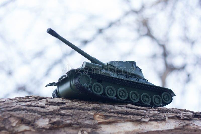 réservoir un jouet d'un réservoir militaire avec photo stock