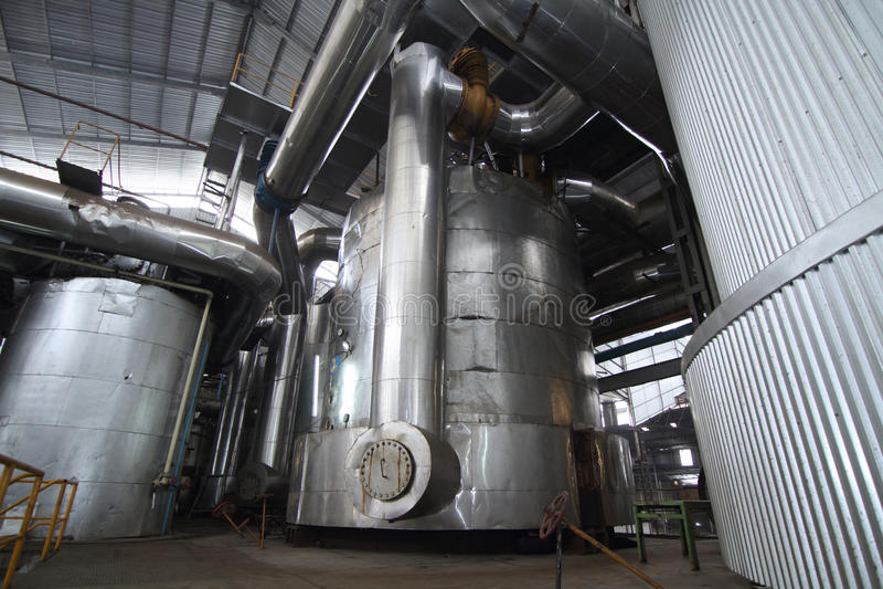 Réservoirs évaporateurs dans un moulin de sucre photos libres de droits