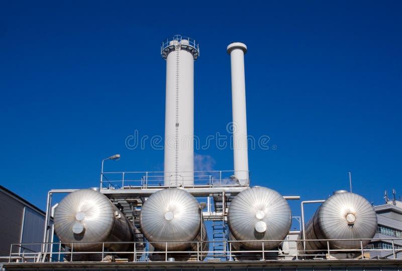 Réservoirs argentés avec des cheminées images stock