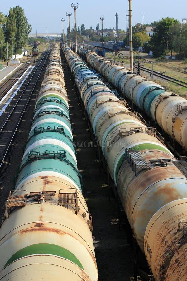 Réservoirs avec du carburant sur la gare ferroviaire de fret photo libre de droits