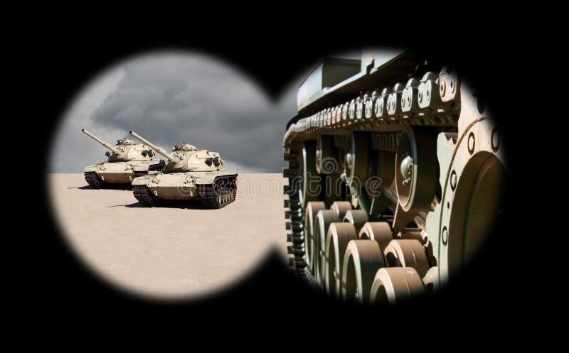 Réservoirs d'armée de approche par des jumelles image stock