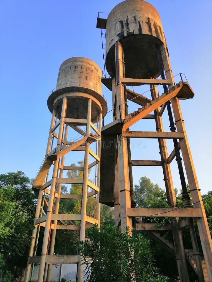 Réservoirs d'eau dans un village d'Indien Pendjab Bathinda images libres de droits