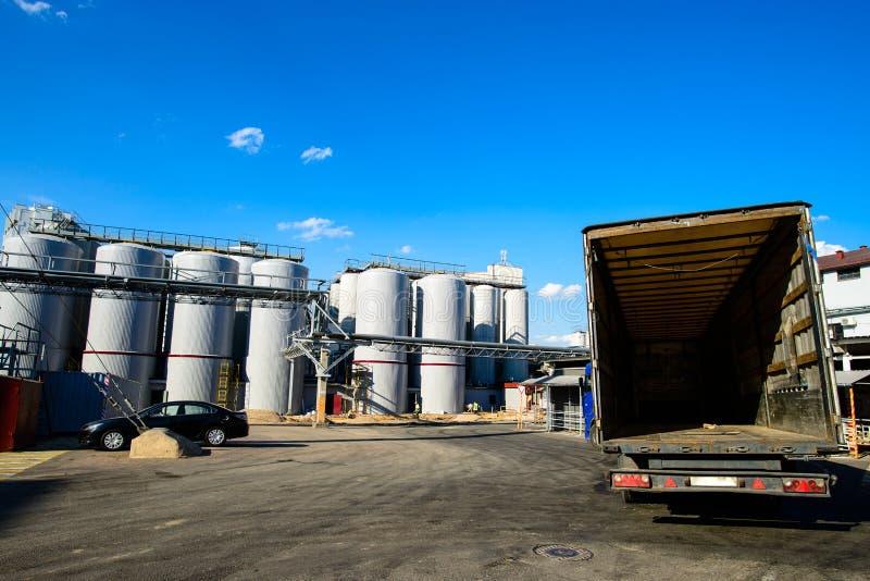 Réservoirs de brassage Barils pour la bière de fermentation photos stock