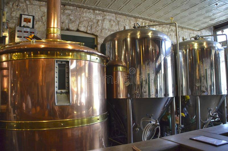 Réservoirs de fermentation et de brassage de bière à une brasserie photo libre de droits