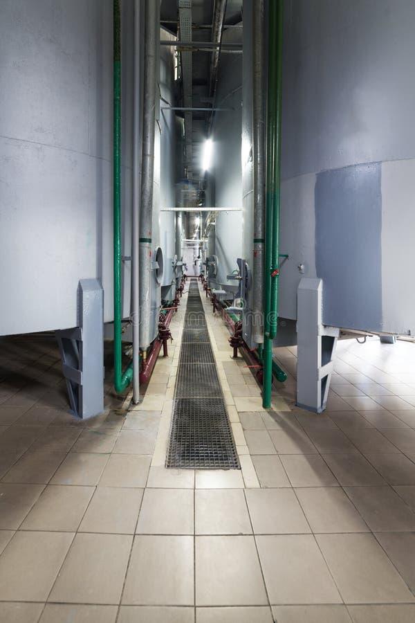 Réservoirs de gris en acier pour la fermentation de par levure photographie stock libre de droits