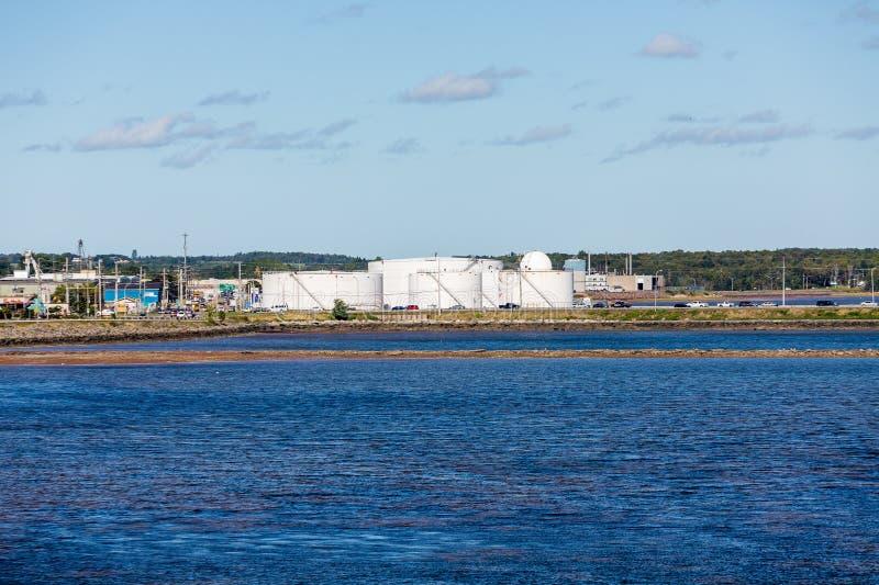 Réservoirs de pétrole sur le rivage bleu images libres de droits