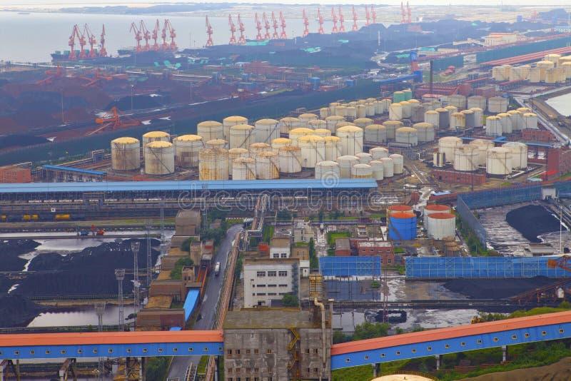 Réservoirs de raffinerie de pétrole photographie stock libre de droits