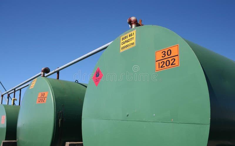 Réservoirs de stockage d'essence photographie stock