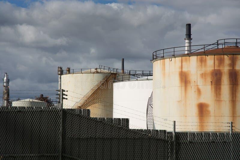 Réservoirs de stockage d'huile photographie stock libre de droits