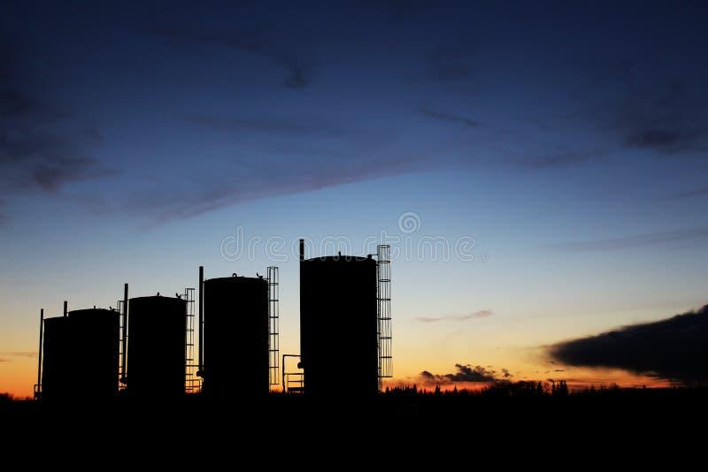 Réservoirs de stockage d'huile de bitume images stock