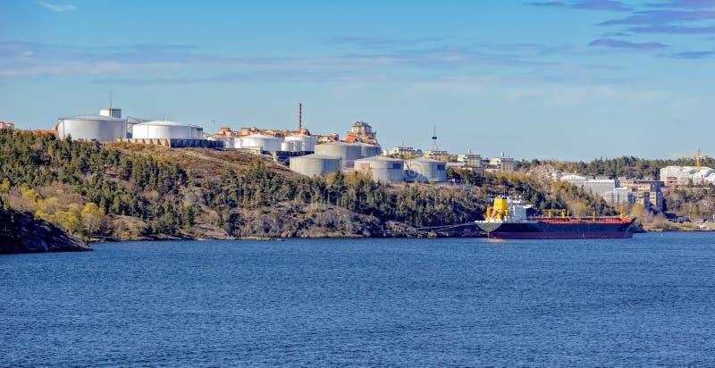 Réservoirs de stockage d'huile sur la côte d'archipel de Stockholm photo libre de droits