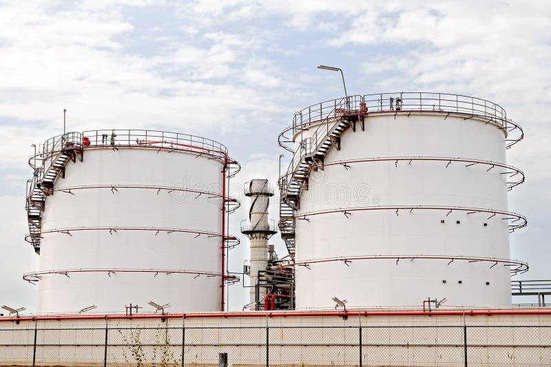 Réservoirs de stockage de dép40t de pétrole photos libres de droits