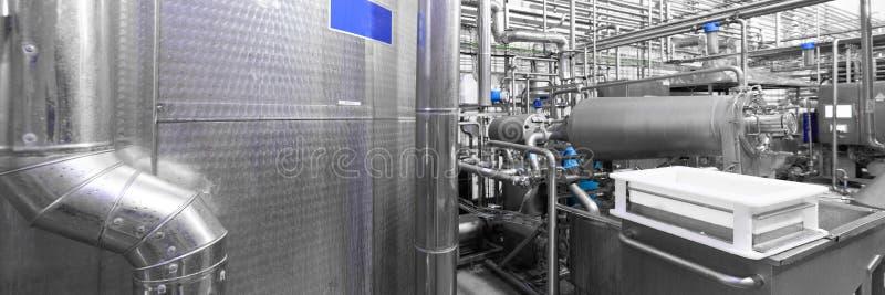 Réservoirs en acier et un conteneur blanc de fromage blanc Fond industriel photo libre de droits