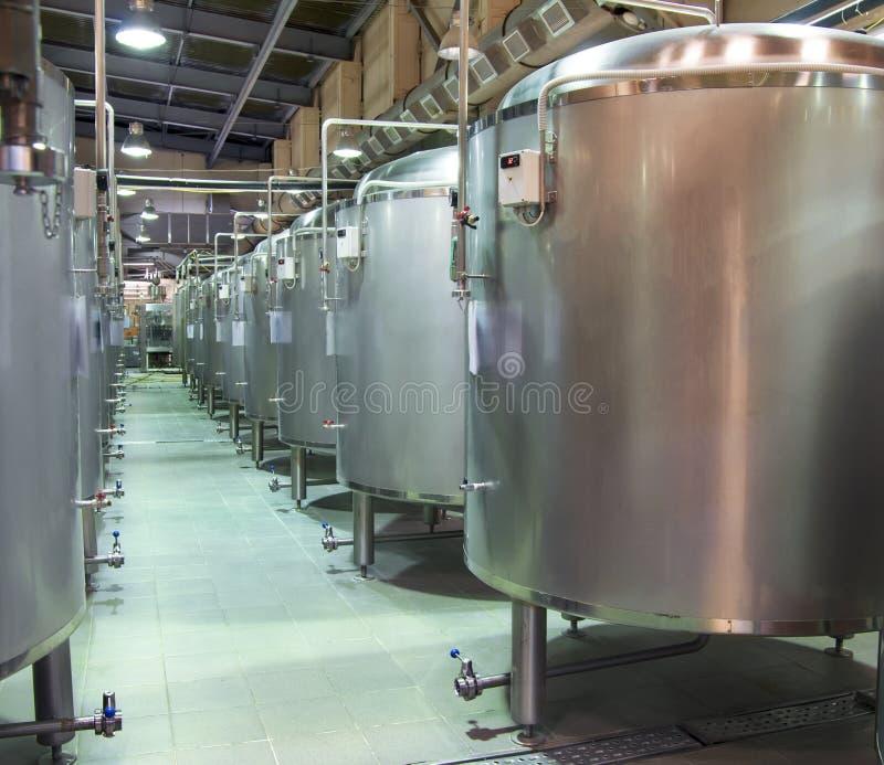 Réservoirs en acier où la brassage de bière photos libres de droits