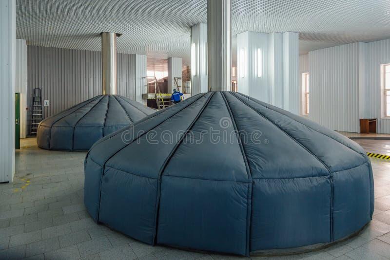Réservoirs en acier pour la fermentation de mâche dans la brasserie moderne photo libre de droits