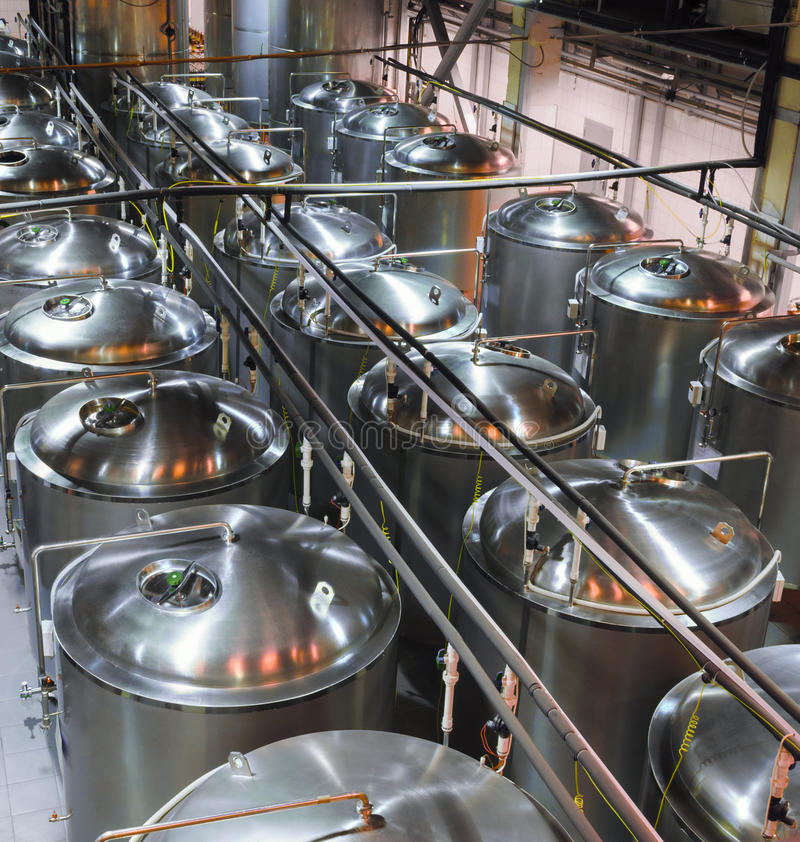 Réservoirs en métal pour la fermentation de la bière photo stock