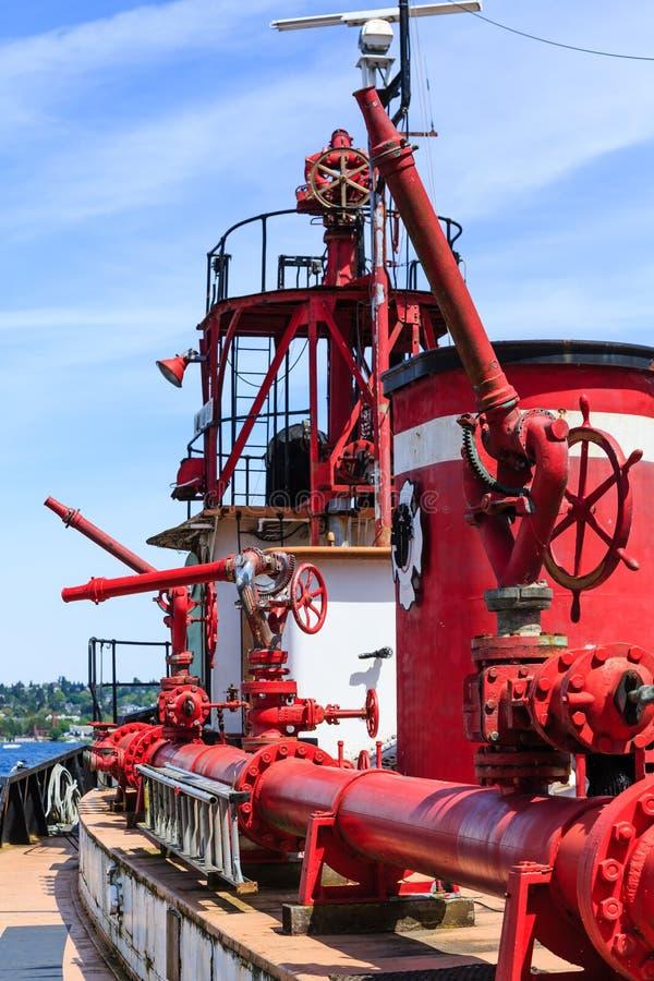 Réservoirs et becs d'eau sur le vieux camion de pompiers photo libre de droits