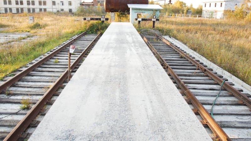 Réservoirs industriels de chemin de fer avec des produits pétroliers barre Chemin de fer dans la production images libres de droits
