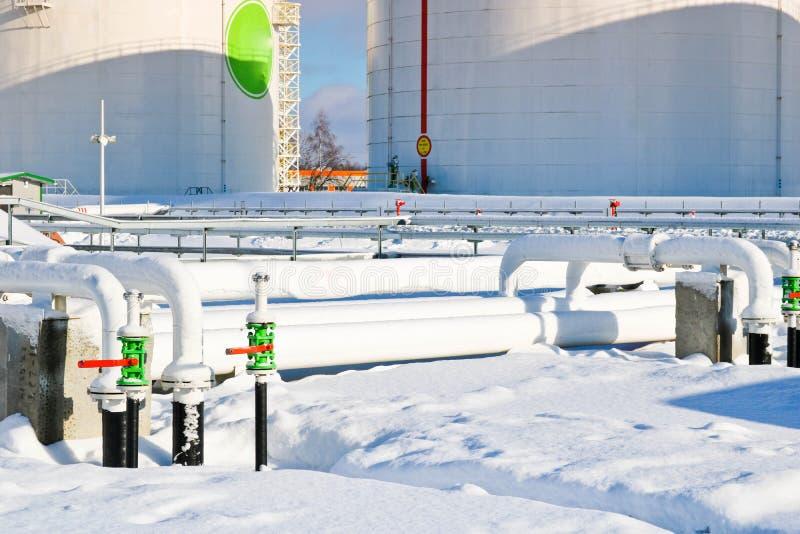 Réservoirs industriels grand en métal blanc de fer pour le stockage du carburant, essence et diesel et canalisation avec des valv images stock