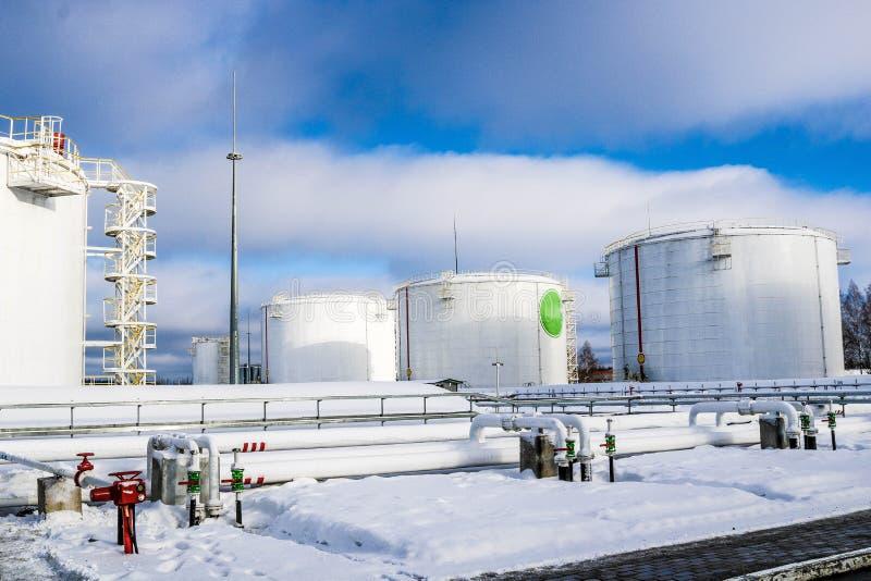 Réservoirs industriels grand en métal blanc de fer pour le stockage du carburant, essence et diesel et canalisation avec des valv photographie stock libre de droits