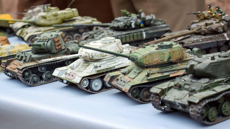 Réservoirs miniatures de Soviétique de jouet modèle Les divers militaires de camouflage échouent des modèles de panzer photos libres de droits