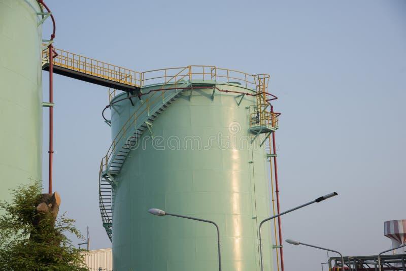Réservoirs verts de stockage d'huile photos stock