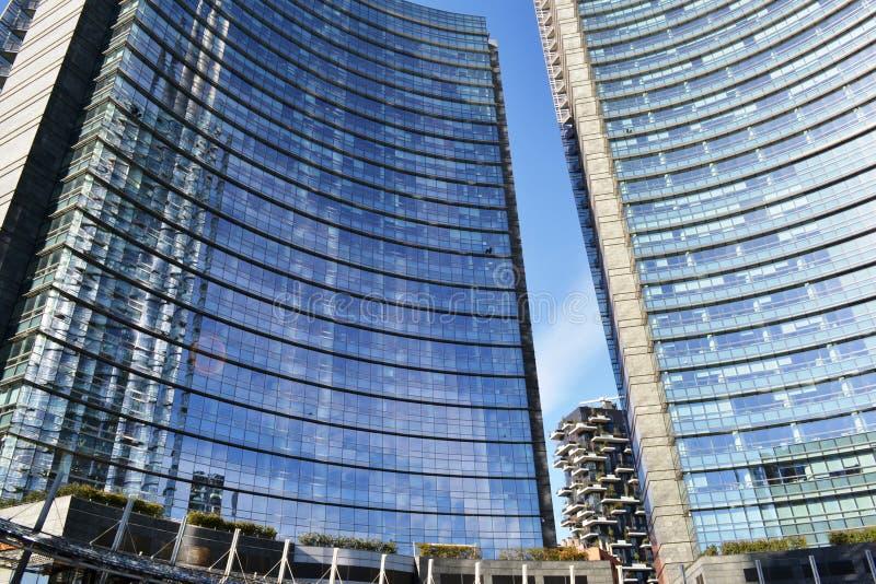 """Résidence """"Bosco Verticale """"dans l'espace entre deux gratte-ciel du centre d'Unicredit d'affaires de Milan image stock"""