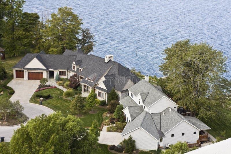 résidence de bord du lac images stock
