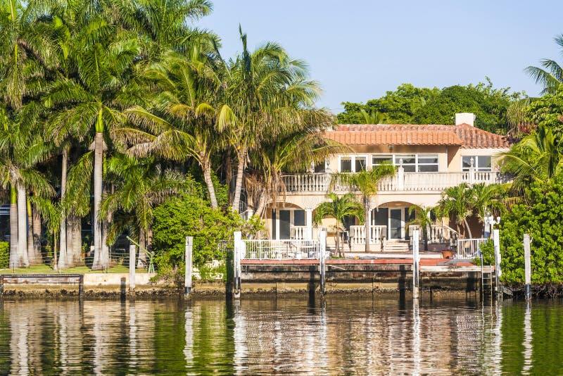 Résidence luxueuse au bord de mer à Miami du sud photos libres de droits