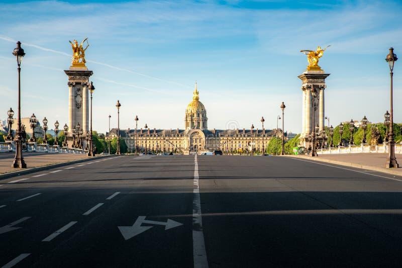 Résidence nationale de Les Invalides de l'Invalids - complexe des musées et des monuments et du pont de Pont Alexandre III à Pari photographie stock libre de droits