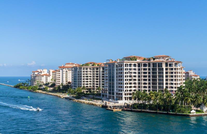 Résidences au bâtiment moderne de bord de mer d'île de Fisher, Miami, du sud image stock