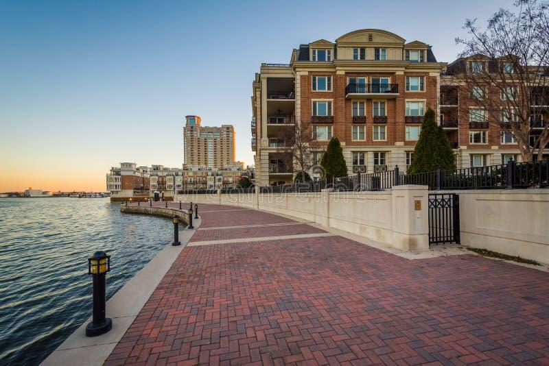 R?sidences de bord de mer et la promenade de bord de mer au coucher du soleil, au port int?rieur ? Baltimore, le Maryland images stock