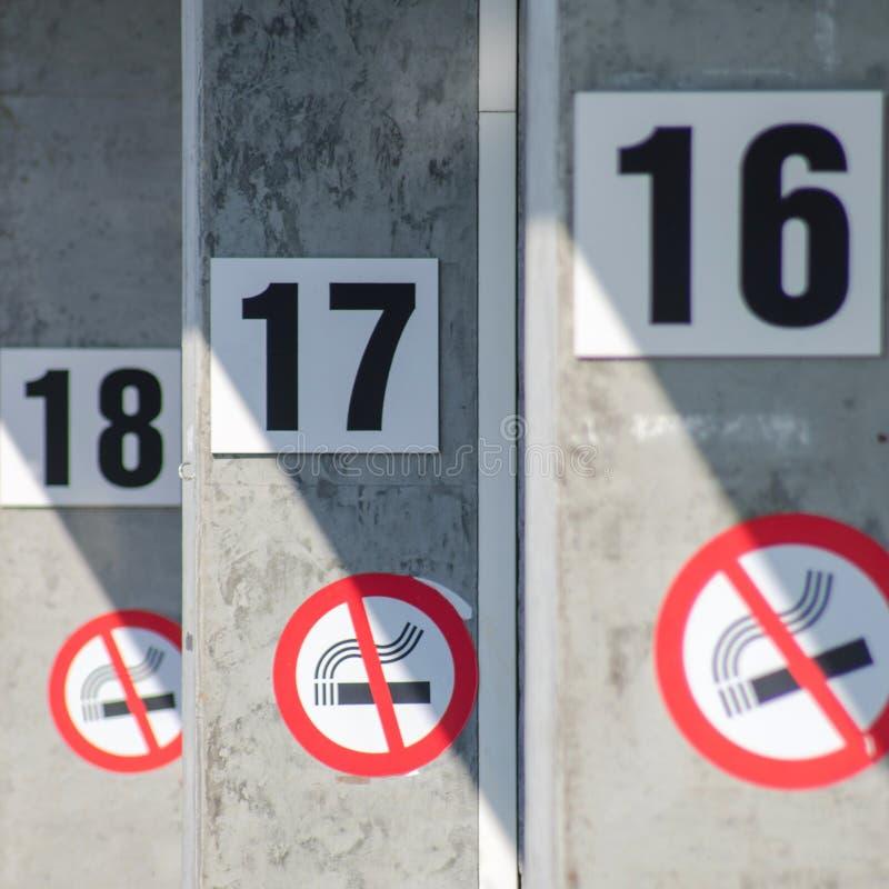 Résolution non-fumeurs de signe en 2017 Numéro 16, 17, 18 sur le mur avec le signe non-fumeurs Concept de résolutions du ` s de n image libre de droits