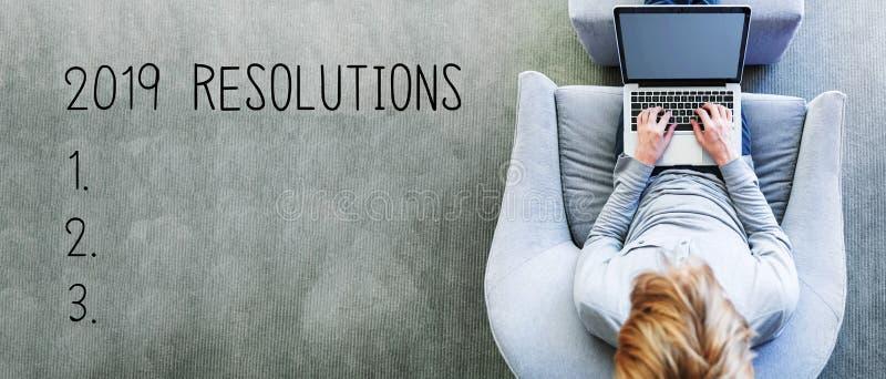 2019 résolutions avec l'homme utilisant un ordinateur portable photo libre de droits