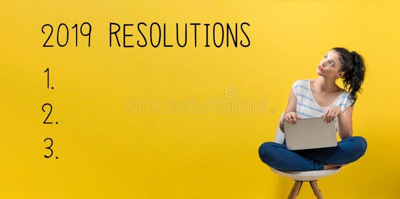 2019 résolutions avec la femme à l'aide d'un ordinateur portable photo libre de droits