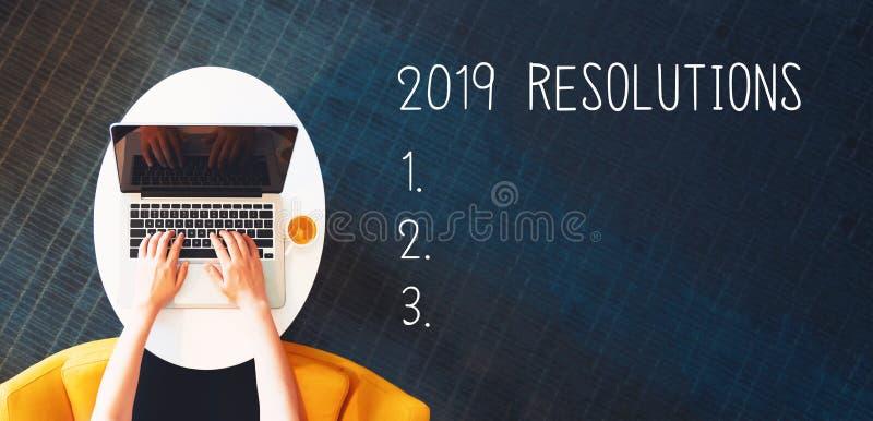 2019 résolutions avec la personne à l'aide d'un ordinateur portable images stock