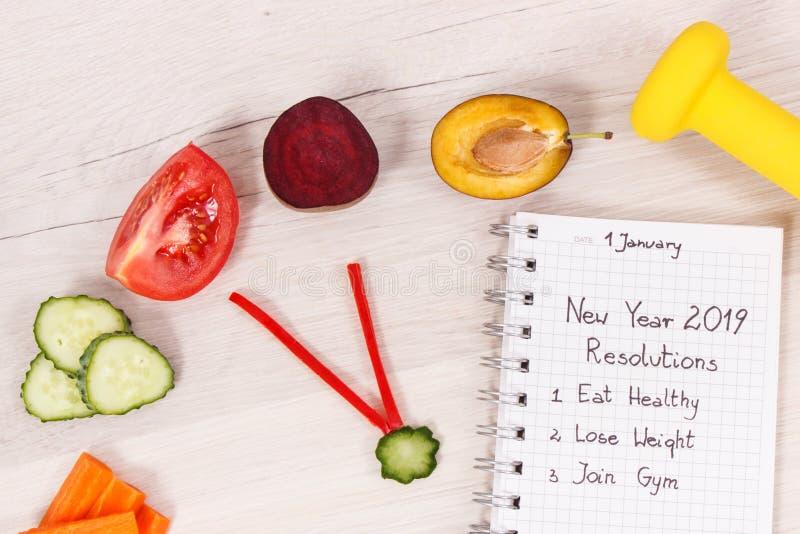 Résolutions de nouvelle année pour 2019 et horloge faite de fruits frais avec les légumes et l'haltère image libre de droits