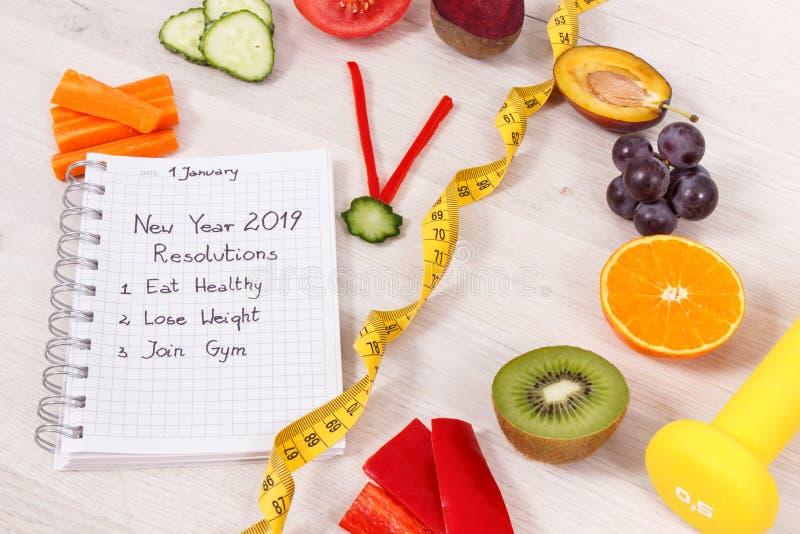 Résolutions de nouvelle année pour 2019 et horloge faite de fruits frais avec les légumes, l'haltère et le centimètre photographie stock libre de droits