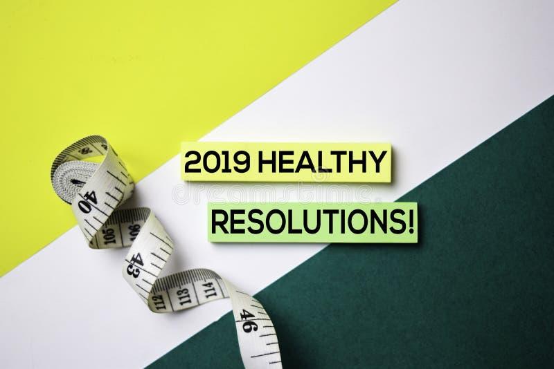 2019 résolutions saines ! texte sur les notes collantes avec le concept de bureau photos libres de droits