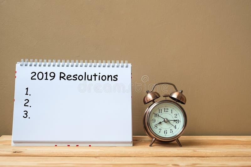 2019 résolutions textotent sur le carnet et le rétro réveil sur l'espace de table et de copie Buts, mission et nouveau début photos stock