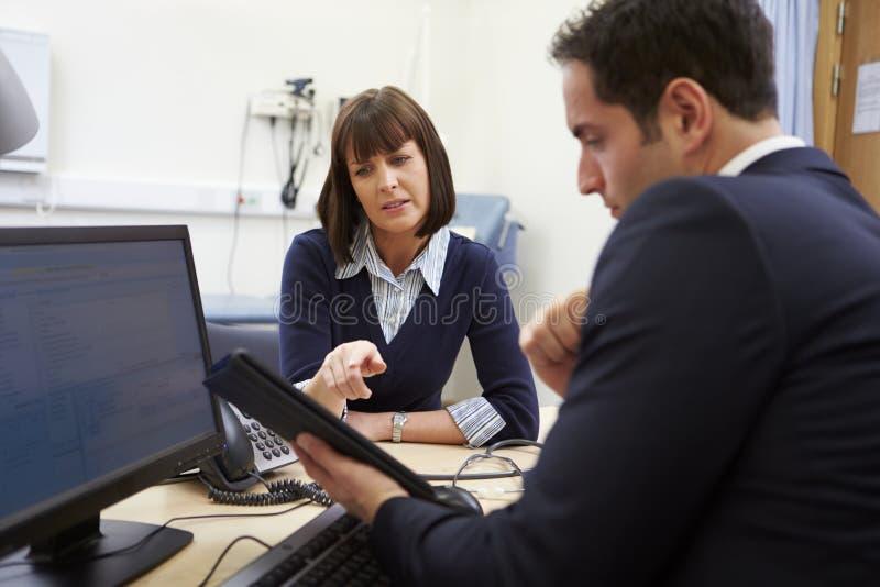 Résultats de docteur Showing Patient Test sur la Tablette de Digital images libres de droits