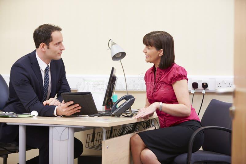 Résultats de Showing Patient Test de conseiller sur la Tablette de Digital image stock
