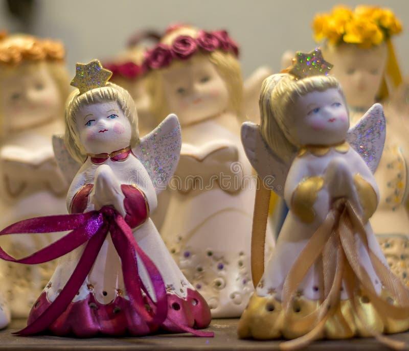 Résumé - chiffre de petites filles d'anges chantant la chanson de Noël photos stock