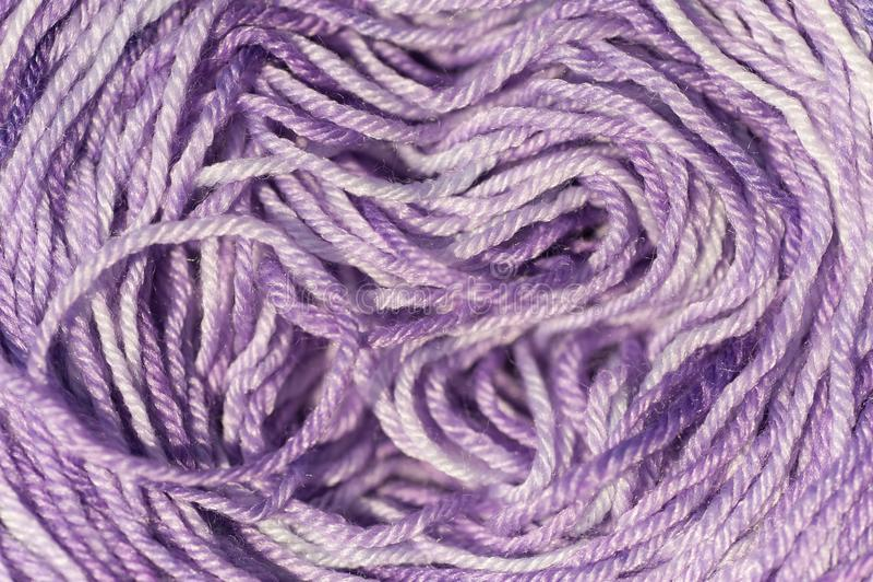 Résumé d'écheveau de fin de tricotage violette pâle de fil de mélange  images stock