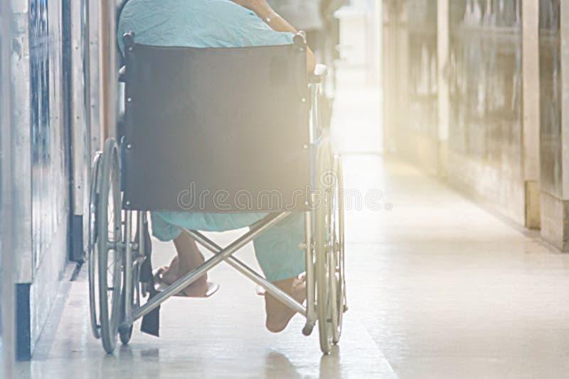 Résumé de l'homme sur le fauteuil roulant en Front Of The Outpatient Departm images libres de droits